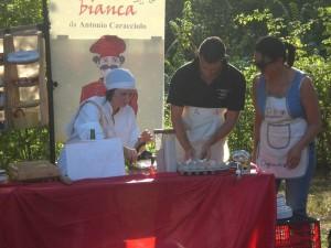"""Impastare in diretta """"volontari"""" Alice nei pasticci Magnalonga Antrosano 2013"""